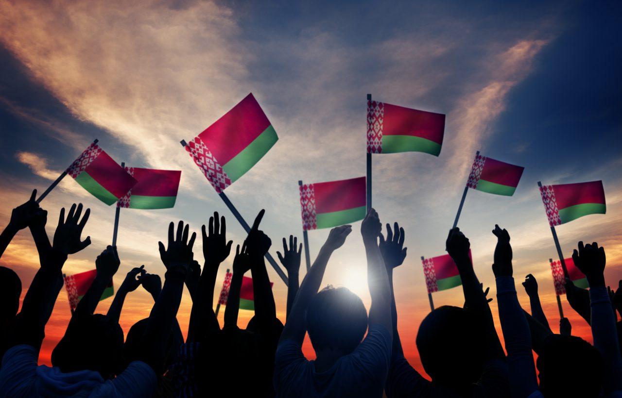 Люди с флагами Беларуси