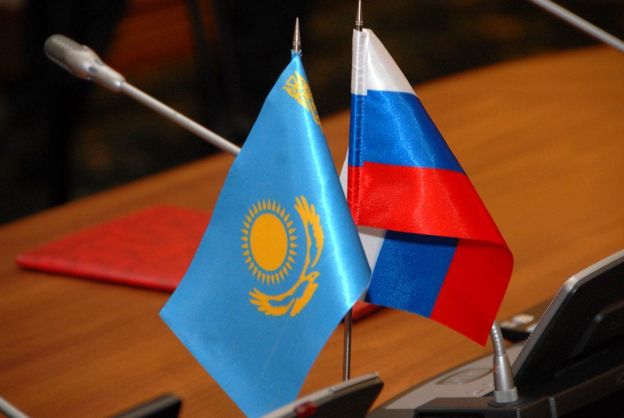 Флаг Казахстана и России