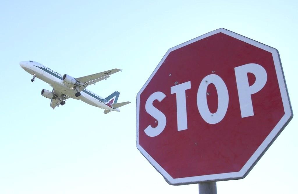 Знак стоп и самолет
